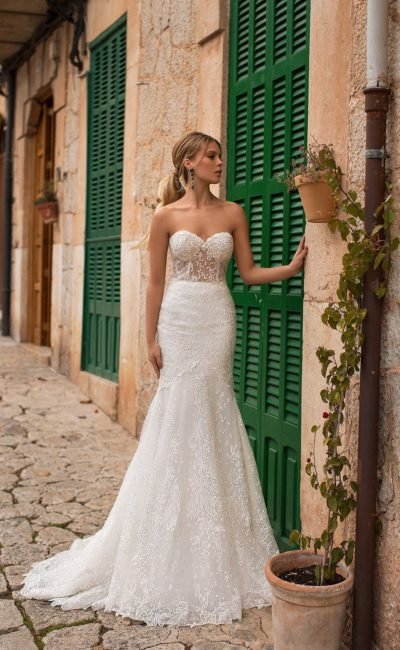 Свадебное платье «рыбка» с кружевным болеро и коротким шлейфом.