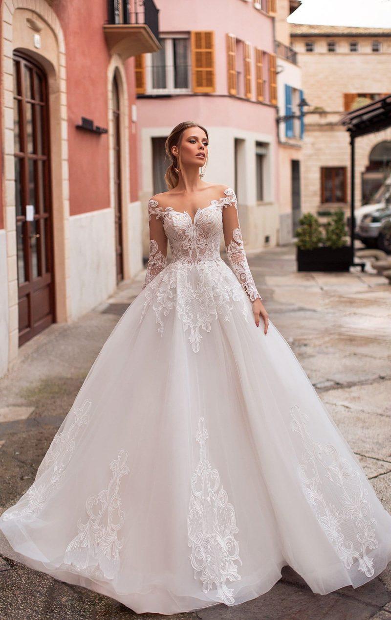 Роскошное свадебное платье пышного кроя с открытой спинкой и кружевом.