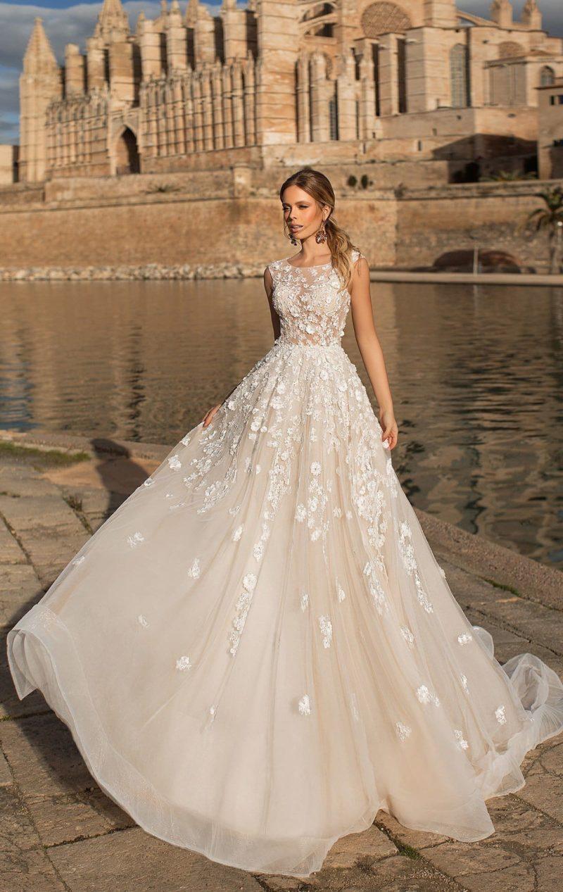 Свадебное платье пышного кроя с белой отделкой кружевом.