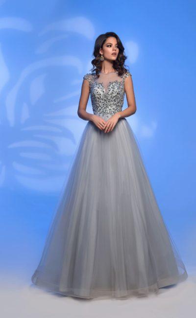 Серебристое вечернее платье с многослойной юбкой и стразами.