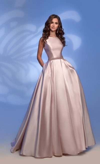 Розовое вечернее платье в пол с открытой спиной и стразами.