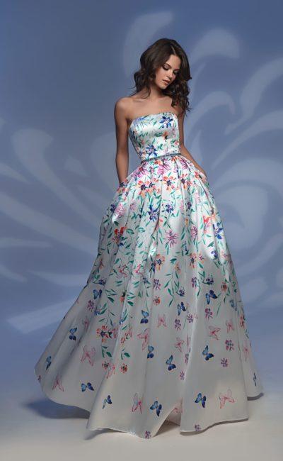 Цветочное вечернее платье из атласа, с открытым лифом прямого кроя.