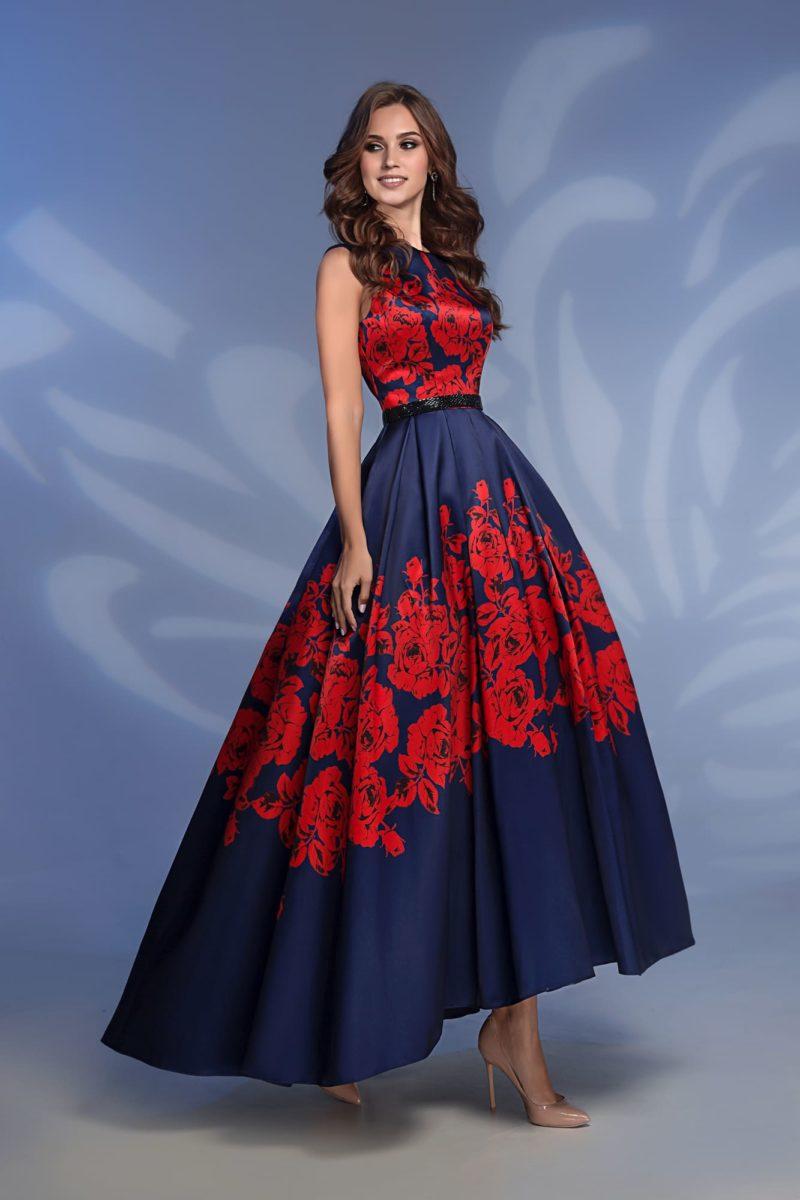 Темно-синее вечернее платье с укороченным подолом.