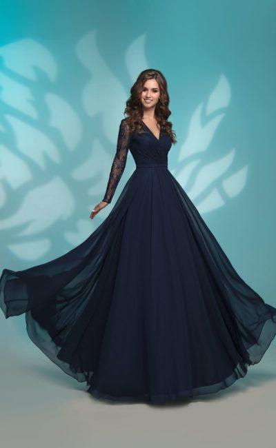 Вечернее платье с кружевным рукавом и прямой юбкой в пол.