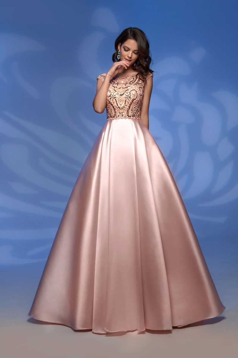Стильное вечернее платье персикового цвета с вышивкой.