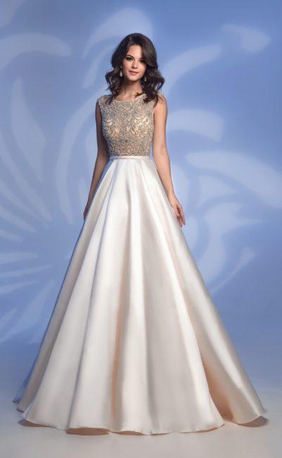 Атласное вечернее платье цвета слоновой кости с бисерным декором.
