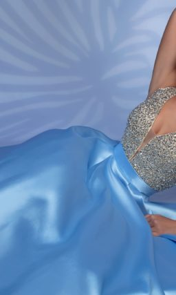 Голубое вечернее платье с атласной юбкой и сияющим верхом.