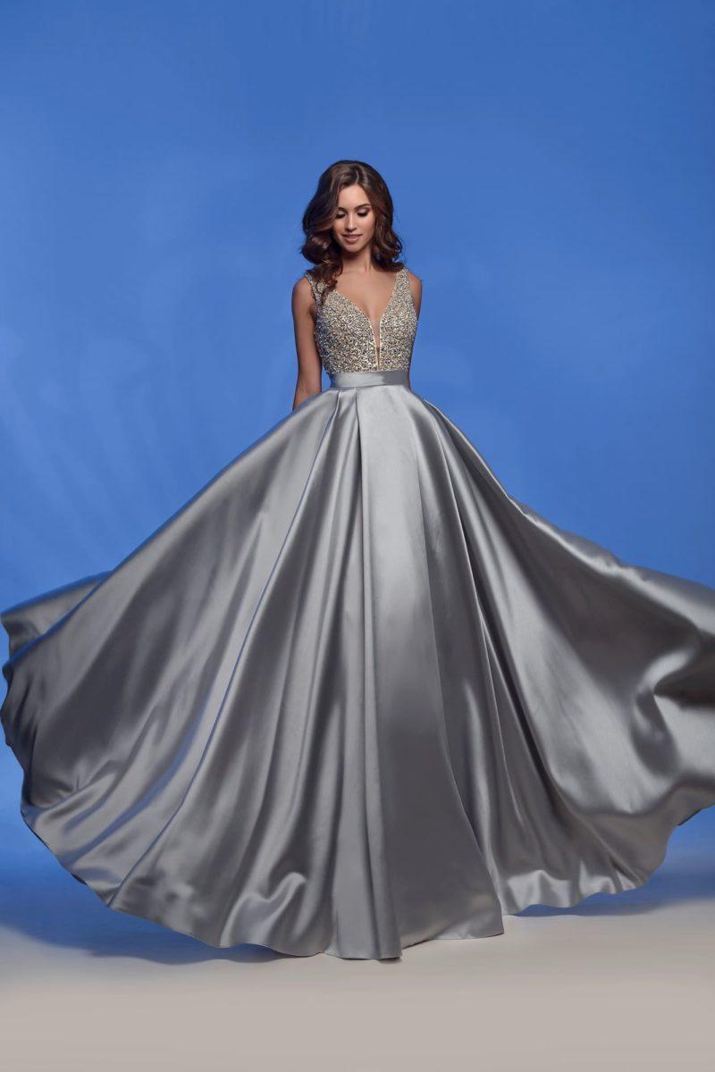 Серебристое вечернее платье с атласной юбкой и бисером на лифе.