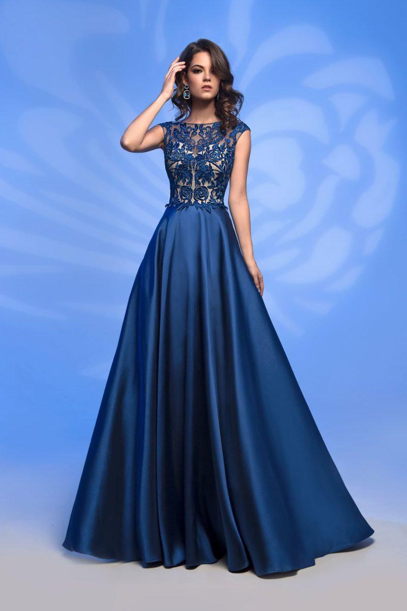Вечернее платье синего цвета с кружевным декором закрытого лифа.