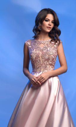 Розовое вечернее платье с кружевом и атласным подолом.