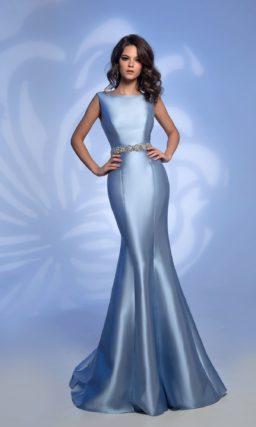 Голубое вечернее платье «русалка» с сияющим поясом.