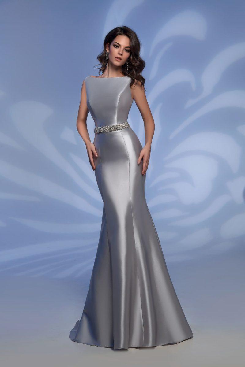 Серебристое вечернее платье облегающего кроя с открытой спиной.