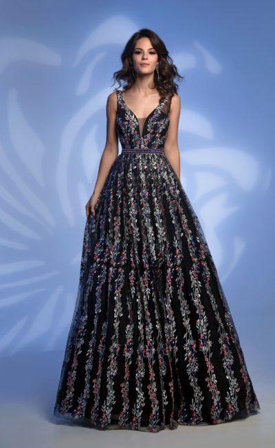 Черное вечернее платье пышного кроя с цветочной отделкой.