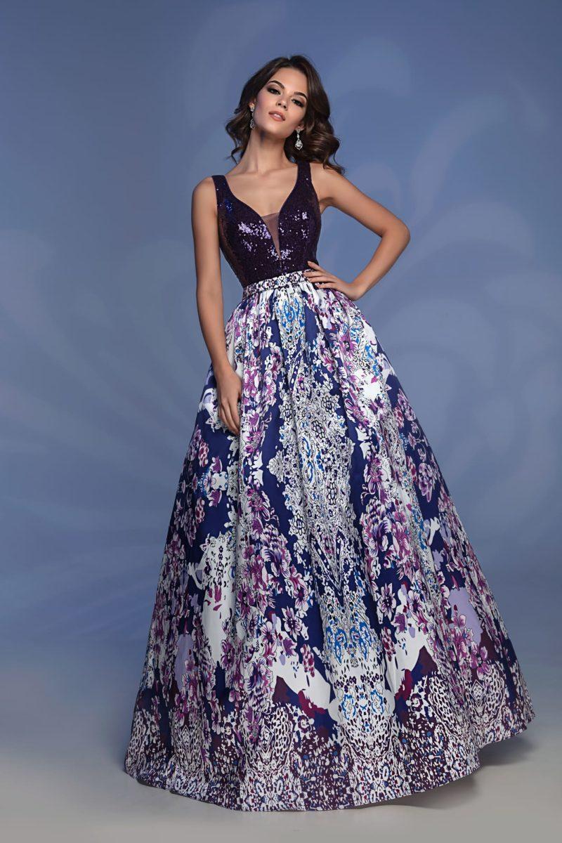 Вечернее платье с фиолетовым лифом и цветной юбкой.