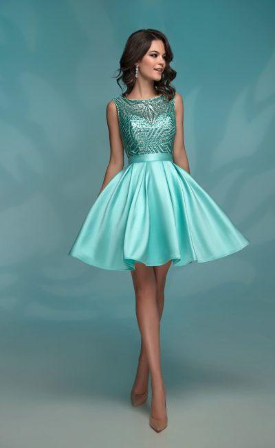 Мятное вечернее платье с короткой юбкой и отделкой пайетками.