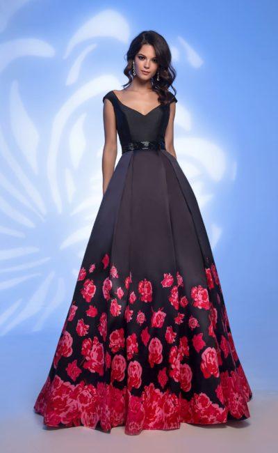 Черное вечернее платье пышного силуэта с цветочным узором на юбке.