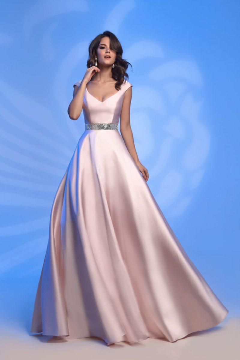 Розовое вечернее платье с воздушной юбкой длиной в пол.