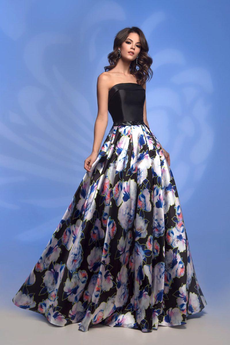 Черное вечернее платье с юбкой с цветочным принтом.