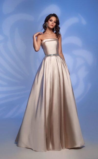 Атласное вечернее платье цвета шампанского с открытым верхом.