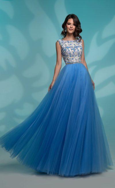 Голубое вечернее платье с кружевным верхом и воздушным подолом.