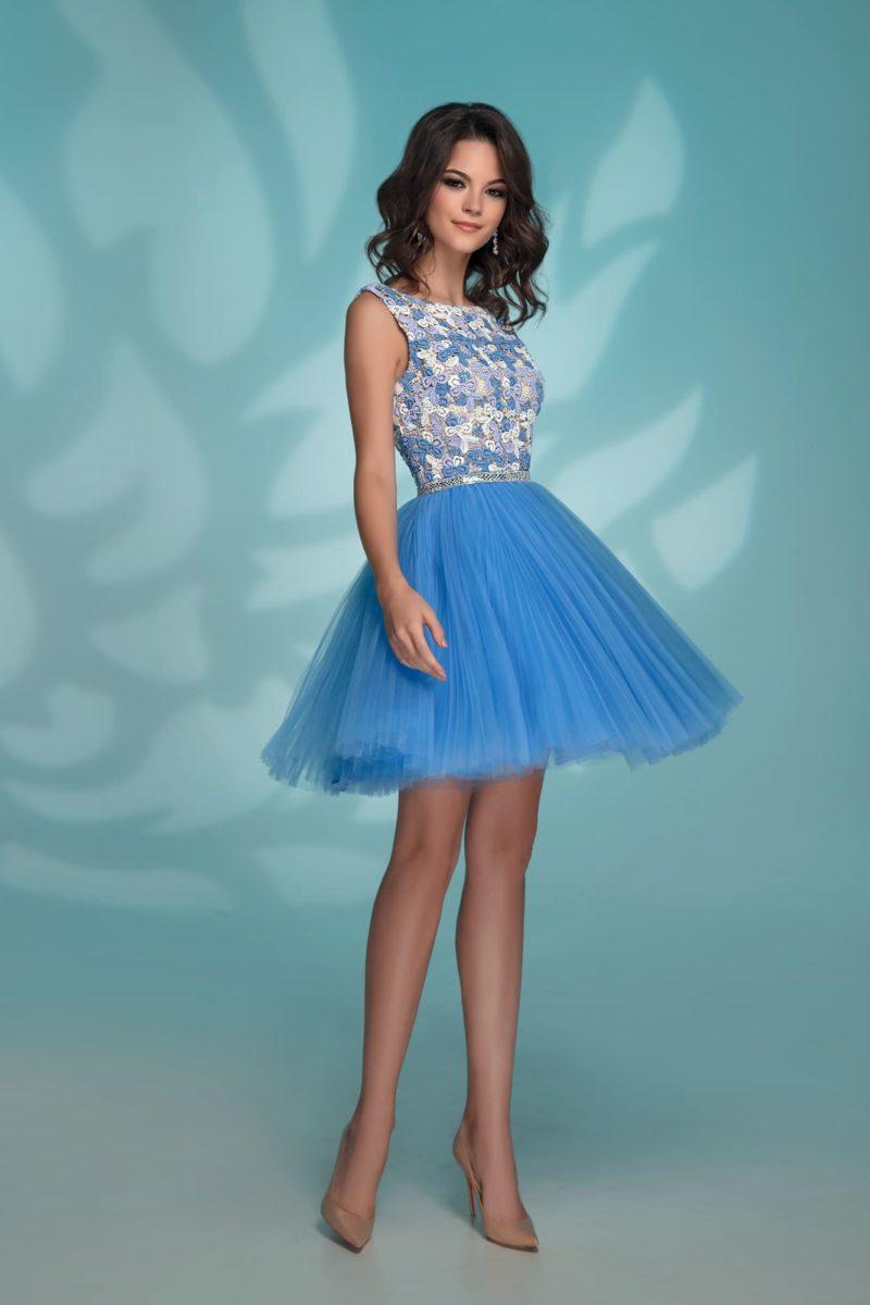 Короткое голубое вечернее платье с кружевным декором лифа.