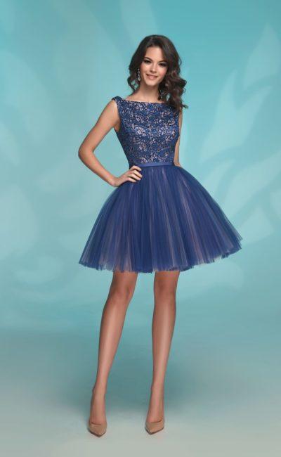Сине-бежевое вечернее платье длиной до середины бедра.