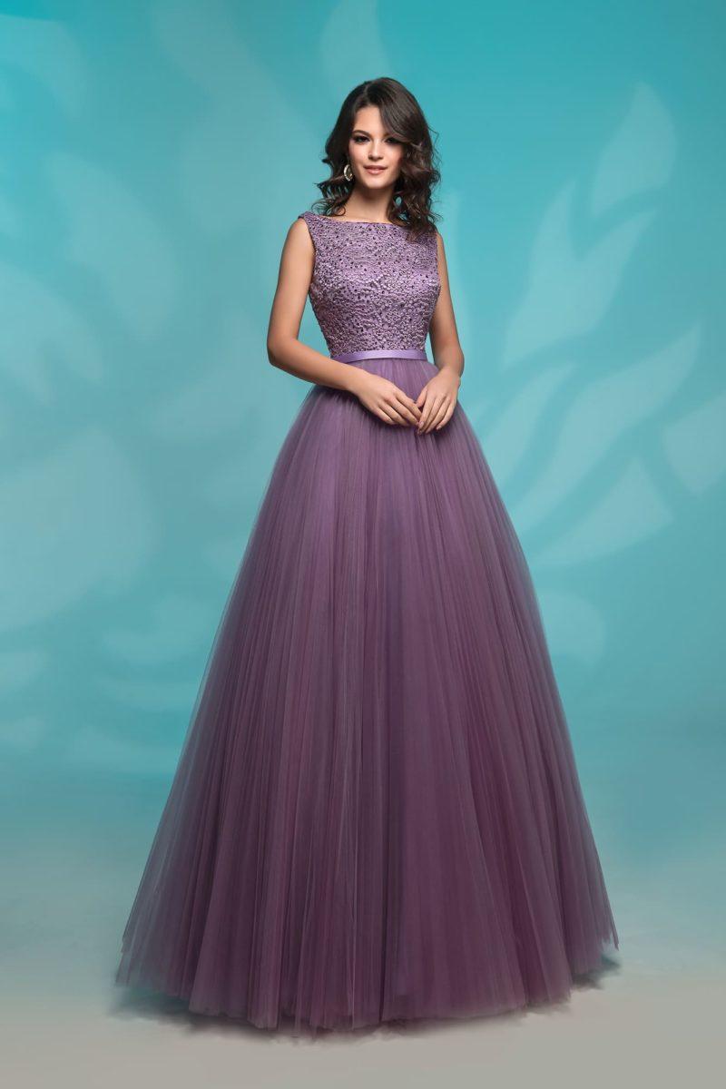 Фиолетовое вечернее платье с многослойной юбкой в пол.