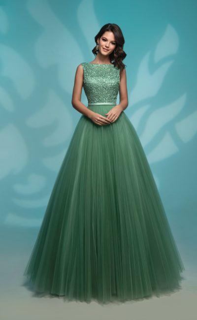 Зеленое вечернее платье с многослойным подолом и закрытым верхом.