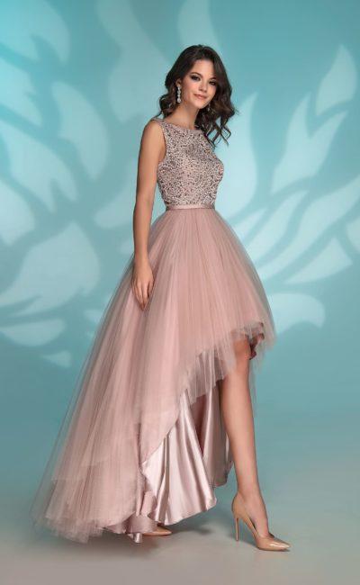 Пудровое вечернее платье с многослойной юбкой, укороченной спереди.