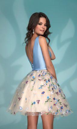 Короткое вечернее платье с голубым верхом и бежевой юбкой.