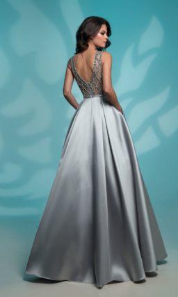 Серебристое вечернее платье с бисерным декором и открытой спинкой.
