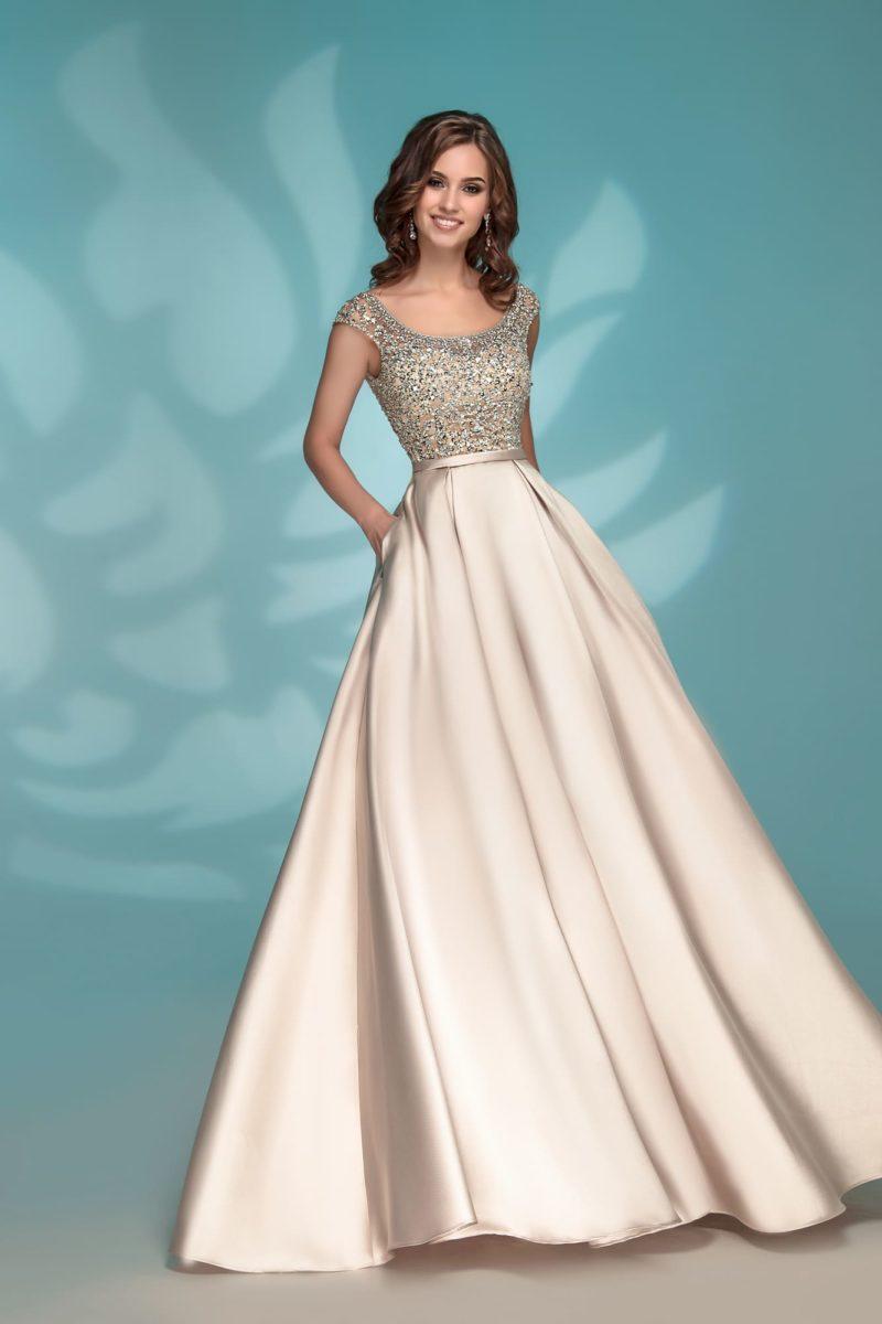 Золотистое вечернее платье со стразами на закрытом лифе.