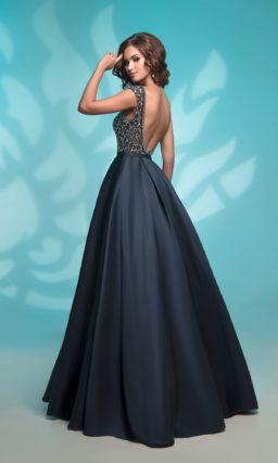 Вечернее платье темно-синего цвета с декором стразами по всему лифу.