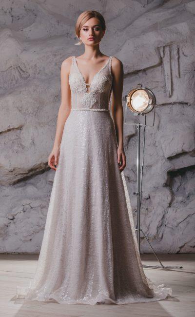 Прямое свадебное платье с глубоким вырезом и открытой спиной.