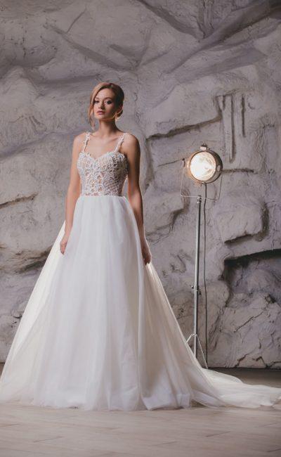 Пышное свадебное платье с открытой спинкой и стильным декором.