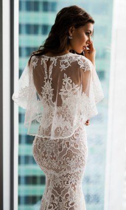 Обтягивающее свадебное платье с коротким пышным рукавом.