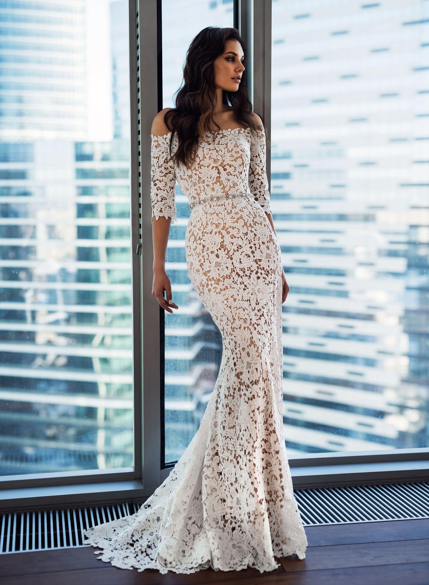 03cea52ee3b00f9 Облегающее свадебное платье с портретным декольте и узким поясом.