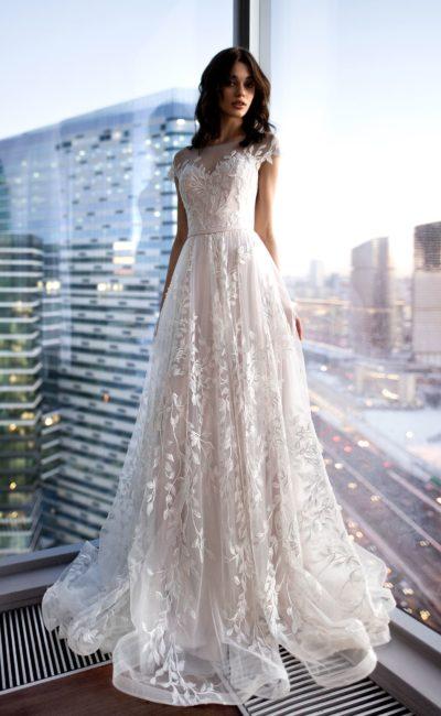 Романтичное свадебное платье с кружевным декором по всей длине.