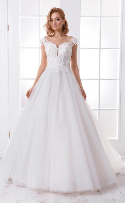 Свадебное платье с романтичным декором и многослойным низом.