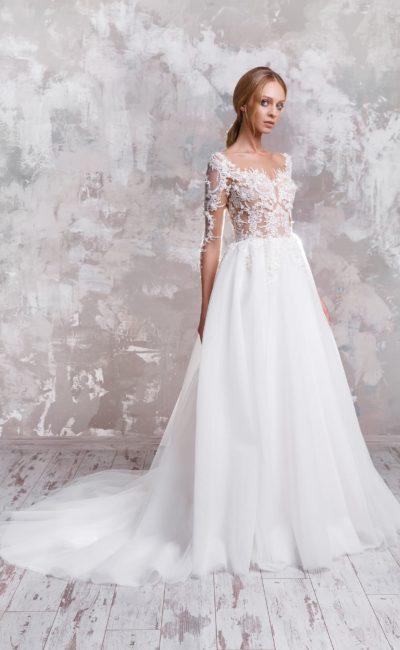 Чарующее свадебное платье с прозрачным верхом, оформленным кружевом.