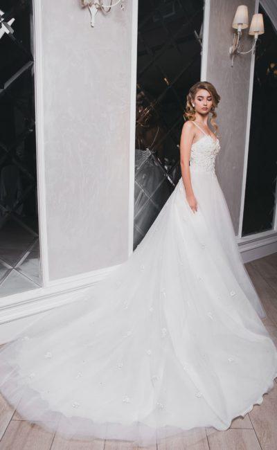 Классическое открытое свадебное платье с многослойным шлейфом.