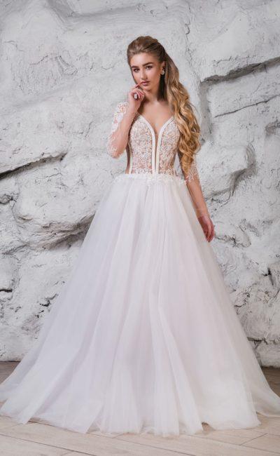 Свадебное платье с глубоким декольте и пышным силуэтом.