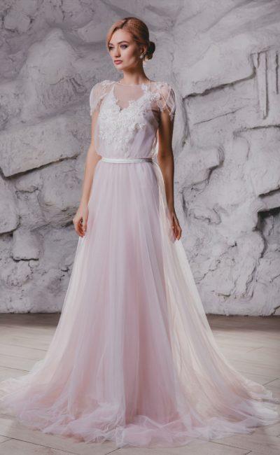 Свадебное платье с открытой спинкой и короткими рукавами.