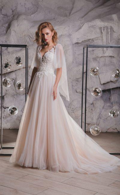 Свадебное платье персикового цвета со съемной пелериной.