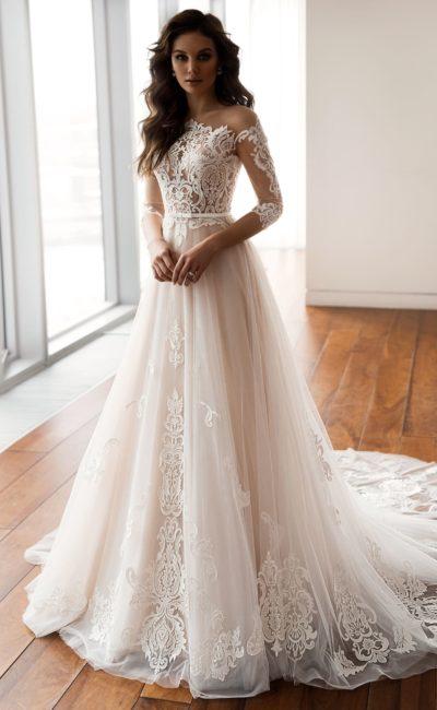 Платье с кружевным рукавом