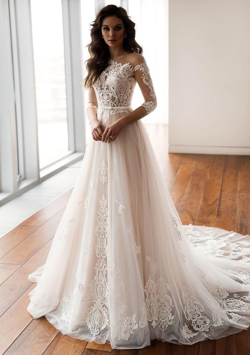 Свадебное платье с фигурным вырезом и многослойным подолом.
