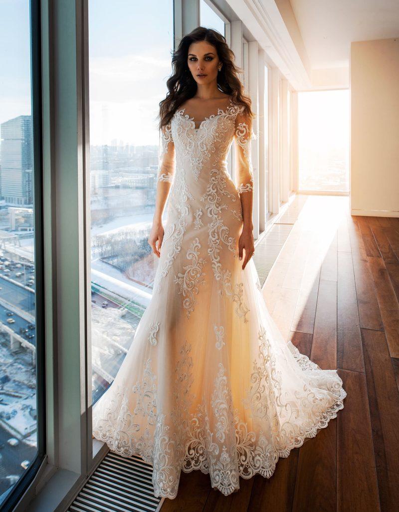 Свадебное платье кремового цвета с рукавом и юбкой «рыбка».