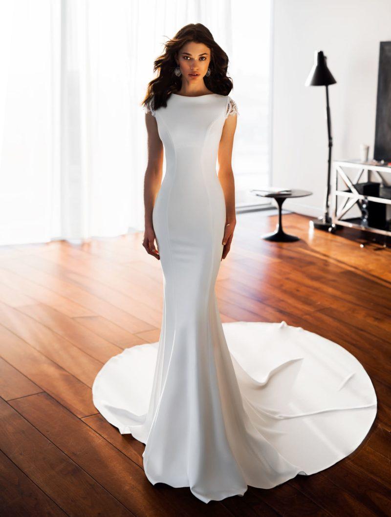 Облегающее свадебное платье с длинным шлейфом и открытой спиной.