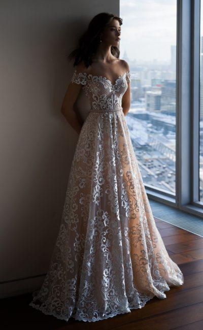 Свадебное платье пудрового цвета, по всей длине покрытое белым кружевом.