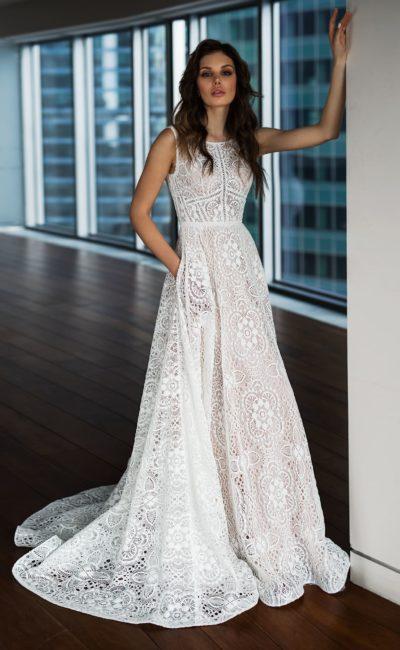Кружевное свадебное платье со шлейфом и открытой спинкой.